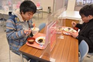 食堂で朝食を食べる学生の様子