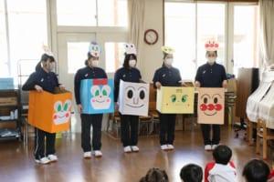 附属幼稚園でのお楽しみ会での学生たちの様子