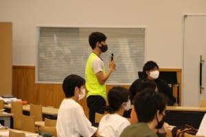 質問する学生の写真