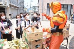 食品を持ち帰る学生