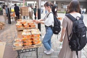 食品をもらう学生の様子