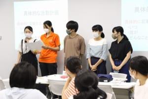 PDCAシートを発表する学生の様子