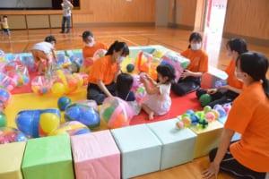 遊ぶ学生と子ども