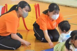 子どもと遊ぶ学生