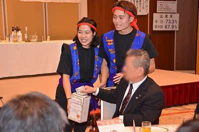 津山ロータリークラブのクリスマス会の募金活動の様子