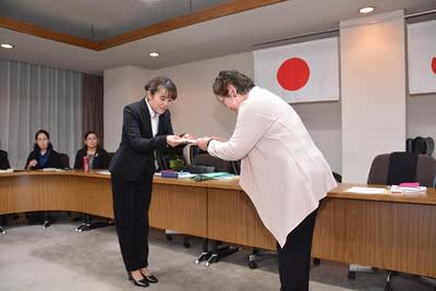 商工会議所女性会山本京子会長から寄付金を受け取る学生