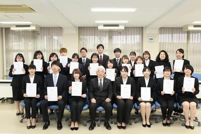受賞者と学長の集合写真