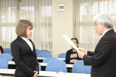 学長から賞状を受け取る松田 芽依さんの写真