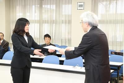 学長から賞状を受け取る喜納 百香さんの写真
