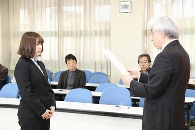 学長から賞状を受け取る池田 彩華さんの写真