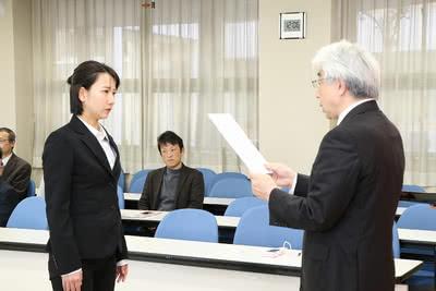 学長から賞状を受け取る新垣 美月さんの写真