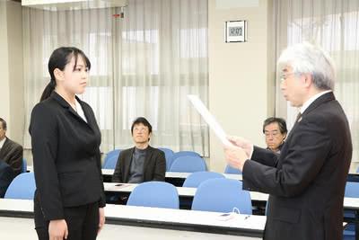 学長から賞状を受け取る学生の写真