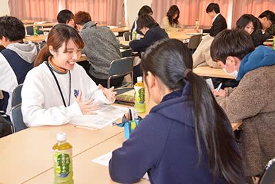 プレゼンテーションをし合う学生たち