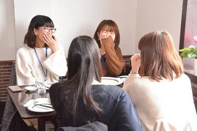 談笑する学生たち