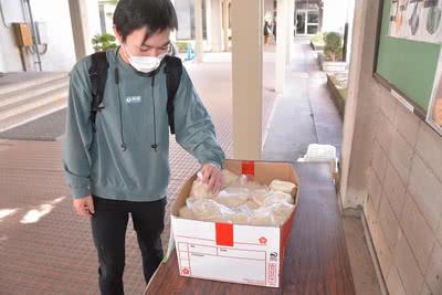 お米を持ち帰る学生