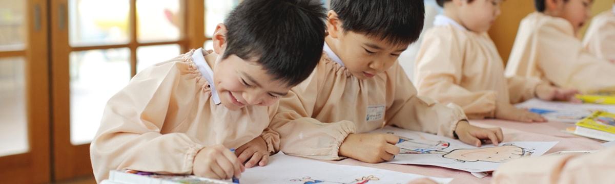 写真:お絵かきしている園児たち