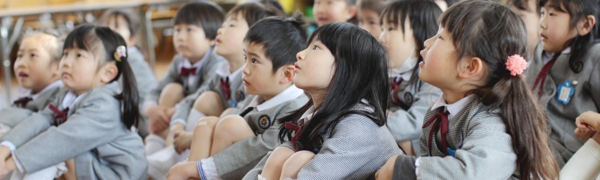 写真:話を真剣に聞いている園児たち
