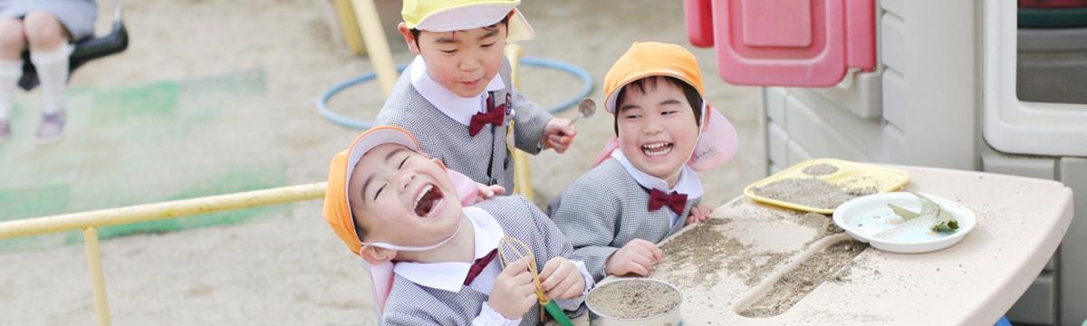 写真:楽しそうに砂遊びをしている園児たち